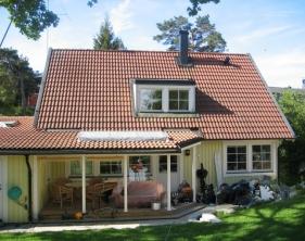 12 Baksida hus med låg takkupa utan takfönster