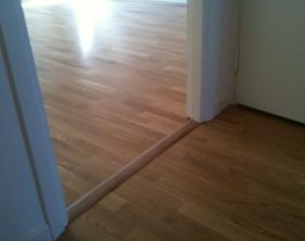 6 Nya trägolv förlagt under befintliga karmar tröskelfri lösning i dörroppning eftersom rörelsefog krävs av golvtillverkare
